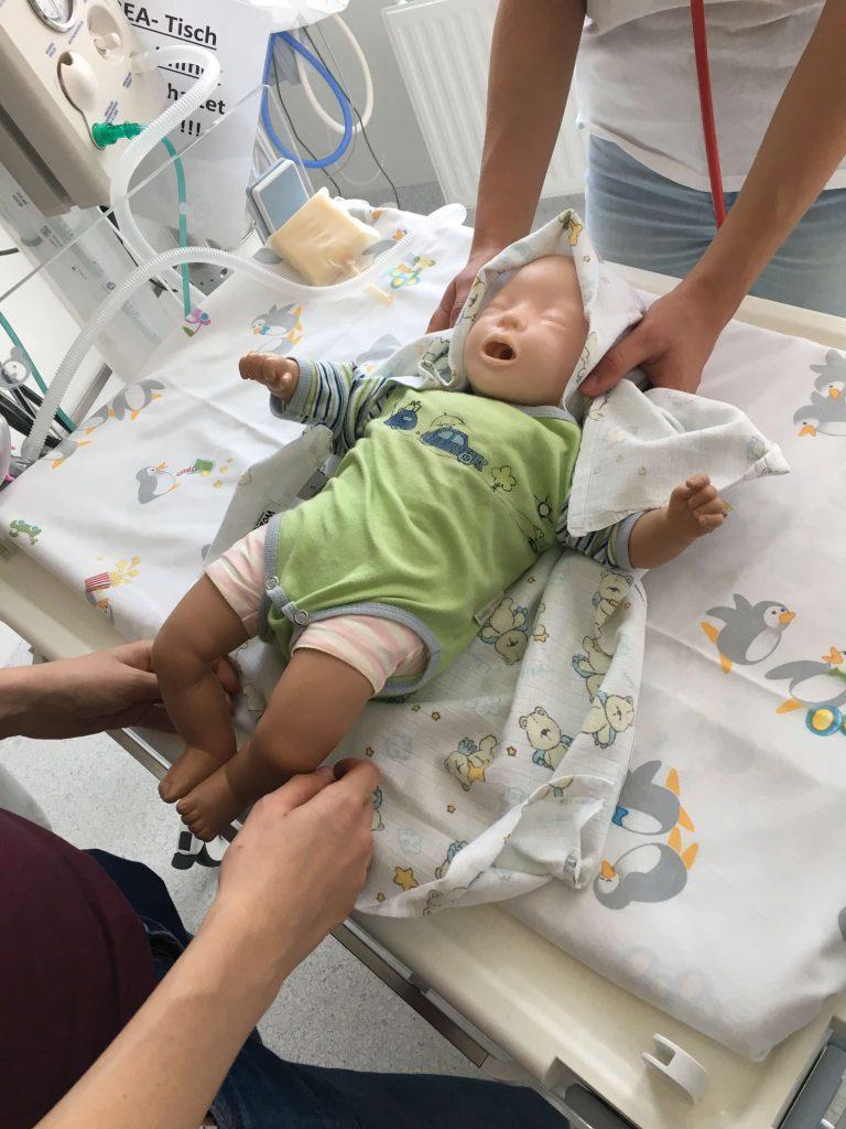 Babyreanimation im Rahmen der MedSummerSchool in Zwettl